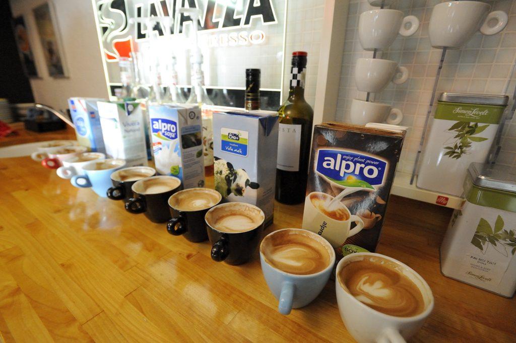 Een vergelijking voor de sojamelk in koffie • the Graphic barista test verschillende merken sojamelk