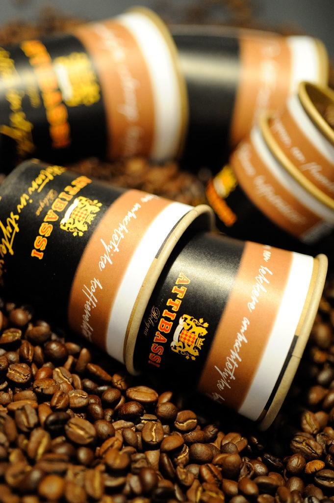 Smakelijke communicatiemiddelen voor koffie met aandacht voor inhoud • Attibassi Benelux geeft aan zijn take-away attentiewaarde met the Graphic baristakoffiebekerwikkels